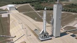 Raketa Falcon 9 v1.2 s pilotovanou lodí Crew Dragon na rampě 39A.  Zdroj: https://scontent-vie1-1.xx.fbcdn.net