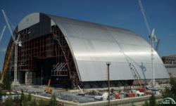 Nový sarkofág pro zničený blok Černobylské jaderné elektrárny (zdroj Černobylská jaderná elektrárna).