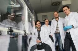 T�m Masarik Cancer Research Lab z�L�ka�sk� fakulty Masarykovy univerzity. Zleva: Jarom�r Gumulec, Martina Raudensk�, Michal Masa��k a Jan Balvan.