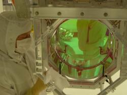 Jedno ze zrcadel zařízení LIGO (zdroj LIGO).