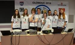 Obr. 6 Osm z devíti studentů, kteří komunikovali s astronautem Timem Peakem