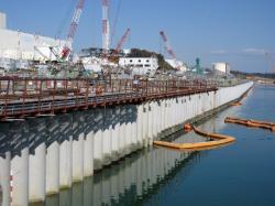 Stěna, která zabraňuje pronikání kontaminované stěny do moře (TEPCO).