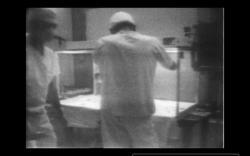 Originální záznamy průběhu manipulace a analýzy kamery Surveryoru 3 dopravené z Měsíce ukazují na to, že podmínky neodpovídaly současným standardům (zdroj John Rummel/NASA).