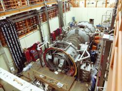 Otevřený systém s magnetickými zrcadly TMX v roce 1979 (zdroj LLNL – Robert H. Hirschfeld).
