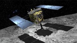 Sonda Hajabusa 2 při odběru vzorků (zdroj JAXA).