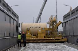 Uložení druhého kontejneru do kóje suchého úložiště ISF-2 (zdroj Černobylská jaderná elektrárna).
