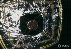 Snímek plachetnice Ikaros získaný z kamery vymrštěné z ní (zdroj JAXA).