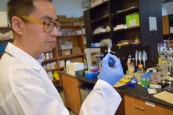 """Emmanuel Ho, profesor na School of Pharmacy at Waterloo: """"Perorálně podávané léky se do vaginálního traktu dostávají obtížně a někdy prakticky vůbec..."""""""