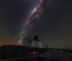 Jak tmavý je vlastně vesmír? Kredit: ESO/B. Tafreshi (twanight.org).