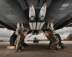 Čtyři pumy GBU-39 Small Diameter Bomb pod letounem F-15E Strike Eagle. Kredit: US Air Force.