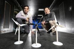 Anupam Sharma (vlevo) a Hui Hu se svými návrhy, které by měly výkon větrných elektráren o něco zvýšit. Foto: Christopher Gannon.