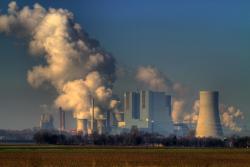 Nedávno byly spuštěny dva největší a nejmodernější uhelné bloky v Německu. Z elektrárny Neurath se stala druhá největší v Evropě. Nové uhelné bloky nahrazují v Německu ty staré a částečně i jaderné bloky. (Zdroj Von Max Nagel, stránky fotocommunity.de).