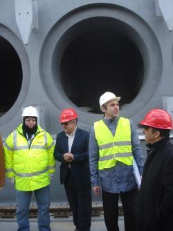 Pracovníci budující mezisklad nám ukazují kóje, do kterých se budou ukládat kontejnery s palivovými soubory.