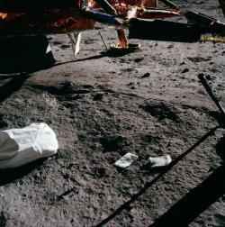 Bližší fotografie pytlů s odpadem na povrchu Měsíce (zdroj NASA).