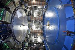 Experiment ATLAS studuje pomocí ultraperiferních srážek pružný i nepružný rozptyl kvazireálných fotonů (zdroj CERN).