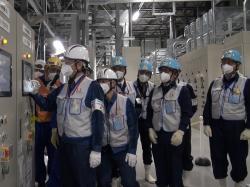 Zapínání prvních strojů, které chladí a vhánějí do systému solanku (zdroj TEPCO).