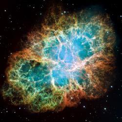 """Snímek Krabí mlhoviny (M1, NGC 1952 či Taurus A) se rovněž dostal do """"Top 10. Emisní mlhovina v souhvězdí Býka je pozůstatkem supernovy SN 1054, kterou poprvé zaznamenali čínští astronomové v roce, který se otiskl i do jejího (posledně uvedeného) názvu. Leží přibližně 6 500 světelných let od nás, dosahuje velikosti 11 světelných let, a zvětšuje se rychlostí asi 1500 kilometrů za sekundu.  <br><br>Zdroj: http://hubblesite.org/"""