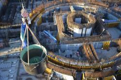 Instalace lapače aktivní zóny prvního bloku v druhé fázi Kurské jaderné elektrárny v roce 2018 (zdroj Rosatom).