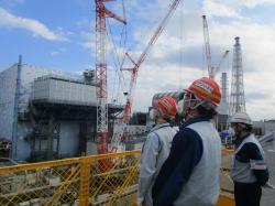 Konstrukce umožňující práce a průzkum u druhého bloku. V pozadí je vidět nová horní část budovy třetího bloku (zdroj TEPCO).