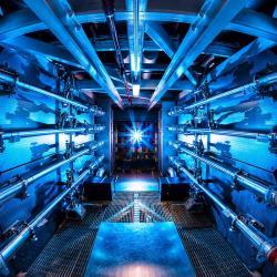 Laserové zařízení NIF (zdroj LLNL).