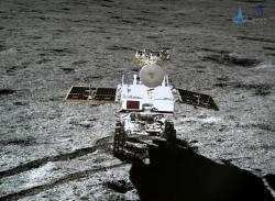 Měsíční vozítko vyfocené přistávacím modulem (zdroj CLEP/CNSA).