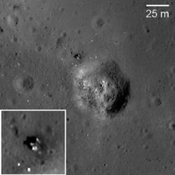 Místo přistání Luny 24 (zdroj M. S. Robinson et al.).