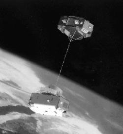 Sestava TiPS v představách umělce. V dolní části je část Ralph. (Zdroj M. L. Cosmo, E. C. Lorenzini: Tethers In Space Handbook, third edition, prosinec 1997)
