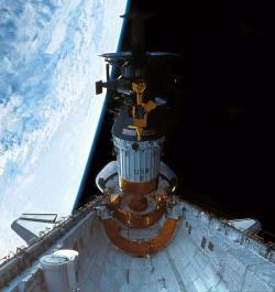 Sonda Galileo se stupněm IUS (zdroj NASA).