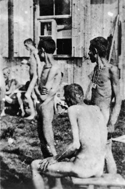 Oslobodení väzni z Buchemwaldu, 16.apríl 1945. Kredit: Jule Rouard - Luc Viatour, Wikipedia.