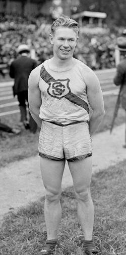 Charles Paddock v době své největší slávy. Tento americký sprinter dokázal zvítězit na Olympijských hrách v Antverpách v roce 1920 a byl také držitelem prestižního světového rekordu v běhu na 100 metrů časem 10,4 sekundy. Kredit: Wikipedie (volné dílo)