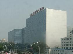 Čínská ústřední vojenská nemocnice, Peking. Kredit: PQ77wd / Wikimedia Commons.