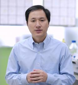 """Dr. Jiankui He pracoval na Stanfordské univerzitě v USA. Zpět do Číny se vrátil v rámci Pekingského plánu """"Tisíce talentů"""". Ten si klade za cíl odvracet únik mozků do zahraničí. Kredit: The He Lab."""