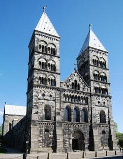 Město Lund se honosí nejen největší vzdělávací a výzkumnou instituci veSkandinávii, která je současně jednou z největších Universit v Evropě, ale také katedrálou z roku 1103. (Kredit: Anton Holmquist & Pauline GyllengahmSoasta, Wikipedia)