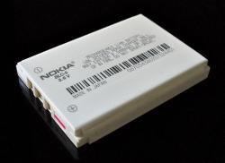 Běžná Li-Ion baterie zmobilního telefonu. Kredit: Kristoferb / Wikimedia Commons.