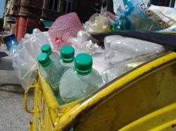 PET je stálicí plastového odpadu. Kredit: Hyena / Wikimedia Commons.