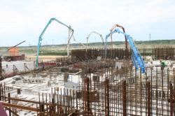 Betonáž základové desky prvního bloku VVER1200 Toy rozšíření jaderné elektrárny Kursk II (zdroj Rosatom).