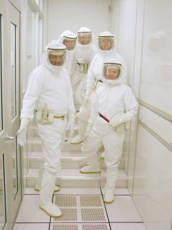 Dnes už lze zajistit podmínky, aby nedošlo ke kontaminaci během přepravy i analýzy vzorků (zdroj NASA).