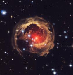 Když už jsme zmínily galaktické kupy, galaxie a mlhoviny, tak zakončeme naši krátkou přehlídku hvězdou. Ale zřejmě tou nejpodivnější a nejzajímavější, na kterou se HST ve své 25leté činnosti zaměřil. Je jí V838 Monocerotis – extrémně dynamický objekt, který zřejmě tvoří dvě hvězdy, jež pomalu spějí ke kolizi a tím se zrodí jedna hmotná a velmi nestabilní hvězda. Objekt je tak nestabilní, že při každém snímkování vidíme vývoj a pohyb v okolních oblastech, tento vývoj už byl několikkrát rozpohybován animátory.  Zdroj: http://cdn.astrobin.com/