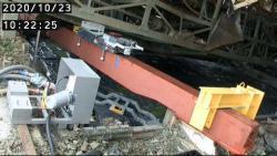 Instalace nosníku, který podepřel zborcený zavážecí stroj nad bazénem prvního bloku (zdroj TEPCO).