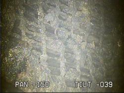Jeden z podrobnějších snímků roštu a kusů materiálů (zdroj TEPCO).