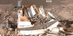 Selfie vozidla Curiosity s označením dozimetrického systému RAD (zdroj NASA)
