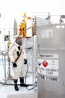 Tankování Hydrazinu u sondy Messenger (zdroj kosmonautix a u něj převzato z https://upload.wikimedia.org).