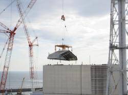 Dokončení odstraňování střechy provizorního krytu prvního bloku (zdroj TEPCO).