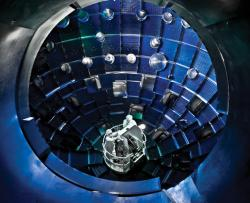 Uvnitř komory zařízení pro inerciální fúzi NIF (zdroj LLNL).