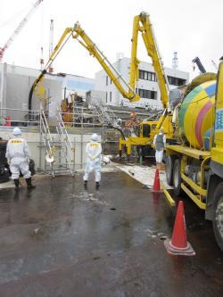 Betonáž kanálu u třetího bloku, kterým by se mohla dostávat ven radioaktivní voda (zdroj TEPCO)