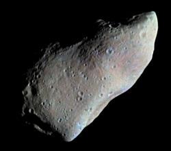 Snímek planetky 951 Gaspra, pořízený kosmickou sondou NASA Galileo v roce 1991. Gaspra je člen asteroidální rodiny Flora a rozměry tohoto obyvatele hlavního pásu planetek činí zhruba 18 x 11 x 9 km. Je tedy možné, že původce kráteru Chicxulub vypadal podobně. Kredit: NASA; Wikipedia (volné dílo).