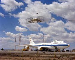 Simulator EMP pulzů HAGII-C, při testech s letounem Boeing E-4 (1979). Kredit: US Air Force.