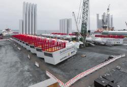 Budování mořské větrné farmy Dan Tysk s 80 turbínami o výkonu 3,6 MW (zdroj Vattenfall, foto Paul Langrock).