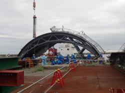 Části krytu třetího bloku po jeho přivezení lodí do Fukušimy I (zdroj TEPCO).