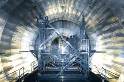Instalace elektrod uvnitř spektrometru KATRIN (zdroj KATRIN).